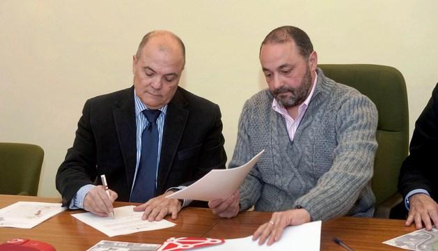 El consejero Zarraluqui y el alcalde de Andosilla, José Manuel Terés, en el momento de la firma