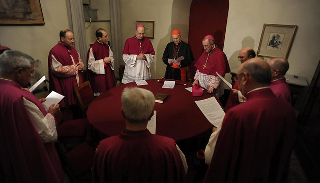El cardenal Tarcisio Bertone (C), secretario de Estado Vaticano, es el actual camarlengo, como se denomina al administrador de los bienes y derechos temporales de la Santa Sede.
