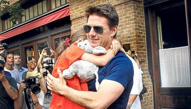 Imagen de archivo de Tom Cruise con su hija Suri en brazos