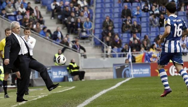 El entrenador del Espanyol, el mexicano Javier Aguirre (i) devuelve el balón a su jugador Javi López en el partido ante el Valladolid
