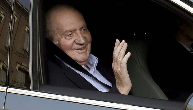 Momento en que el Rey Don Juan Carlos llega a  la clínica madrileña de La Milagrosa para ser operado por una hernia discal.