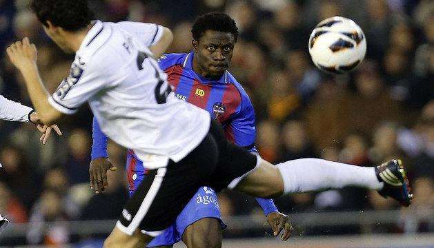 El delantero nigeriano Obafemi Martins (d), del Levante UD, lucha el balón con Daniel Parejo (i), del Valencia.