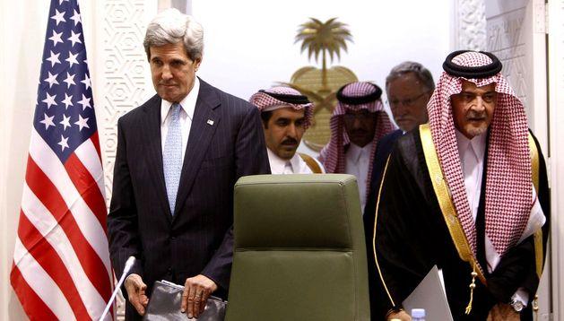 El secretario de Estado estadounidense, John Kerry (izq), y el ministro saudí de Asuntos Exteriores, Saud al Faisal (dcha)