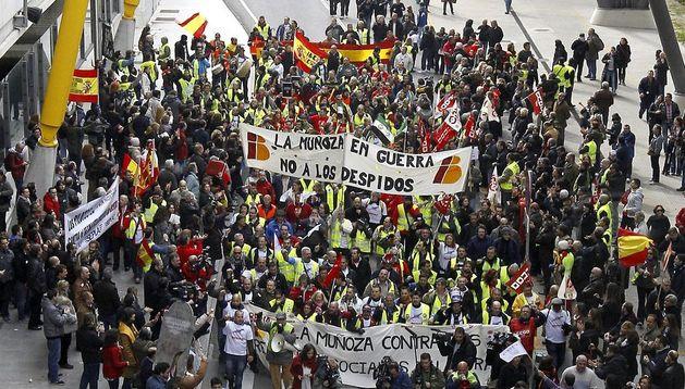 Trabajadores y sindicalistas de Iberia a su llegada a la terminal T4 del aeropuerto de Barajas