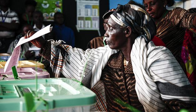 Varias personas acuden a las urnas en un colegio electoral en Gaundu este lunes.