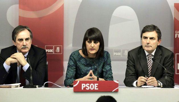 Valeriano Gómez, María González y Pedro Saura (i-d), durante la presentación en la sede del PSOE de