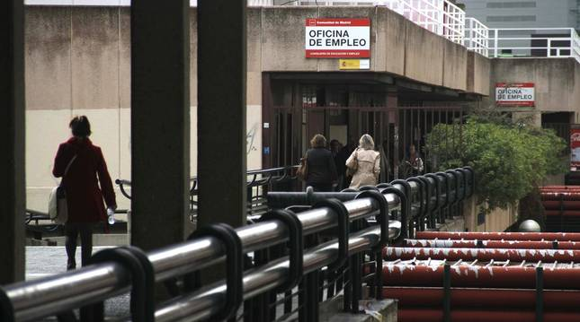 Gente entrando en una oficina de empleo en Madrid