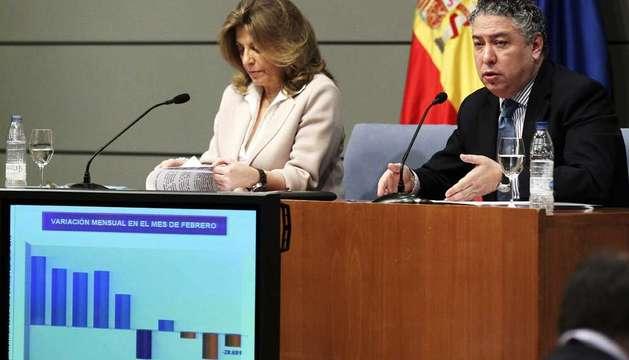 Los secretarios generales de Empleo, Engracia Hidalgo, y de Seguridad Social, Tomás Burgos, durante la rueda de prensa que han ofrecido este lunes