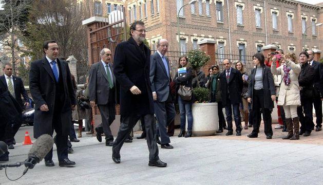 El presidente del Gobierno, Mariano Rajoy, junto al jefe de la Casa del Rey, Rafael Spottorno (d), a su llegada a la clínica La Milagrosa para visitar al Rey