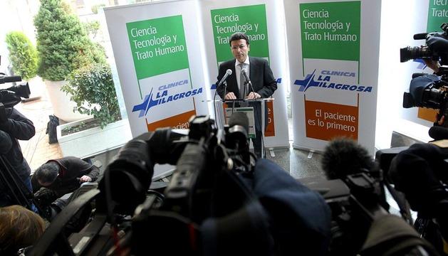 El gerente de la clínica La Milagrosa, durante la rueda de prensa en la que ha leído el parte médico