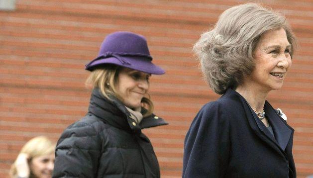 La Reina Sofía y la infanta Elena, a su entrada esta tarde a la clínica La Milagrosa para visitar al Rey