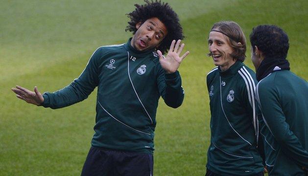 Marcelo, junto a Modric y Carvalho, durante un entrenamiento