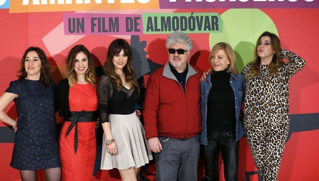 El cineasta Pedro Almodóvar posa con las actrices de su última película,