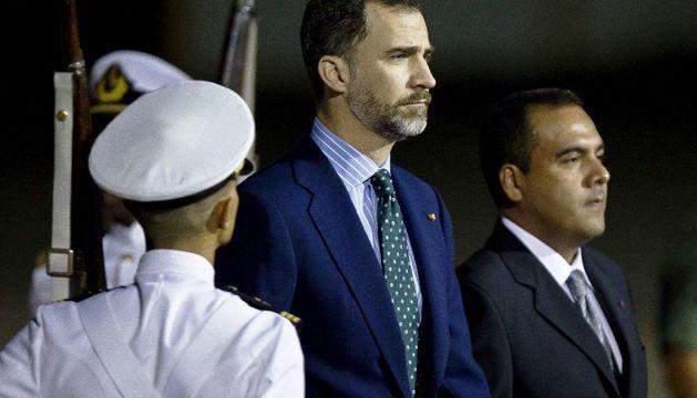 El Príncipe de Asturias, a su llegada al aeropuerto de Maiquetía, en Caracas