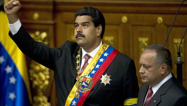 Nicolás Maduro, junto al presidente del Parlamento, Diosdado Cabello, tras juramentar el cargo de presidente de Venezuela