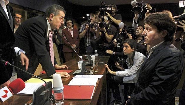 El portavoz de IAP, Ismael Álvarez (izda.), junto al nuevo alcalde , el socialista Samuel Folgueral