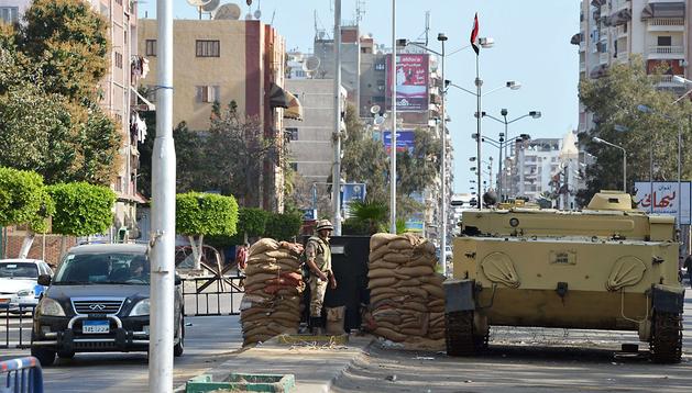 Soldados egipcios montan guardia ante la prisión de Canal de Suez en la localidad de Port Said