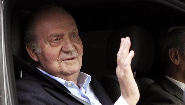 El Rey Juan Carlos saluda a su salida de la clínica La Milagrosa, tras recibir el alta hospitalaria