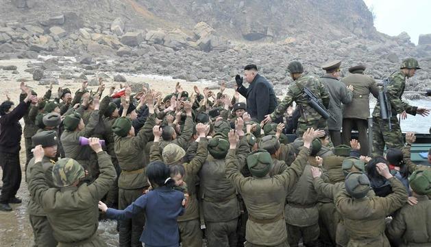 El líder norcoreano, durante su visita a una unidad militar en una isla muy próxima a Corea del Sur