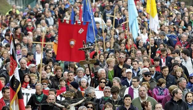 Miles de peregrinos se dirigen hacia la explanada del Castillo de Javier (Navarra) para asistir a la eucaristía.