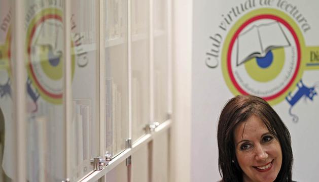 Dolores Redondo sonríe en la sede de Diario de Navarra en la calle Zapatería