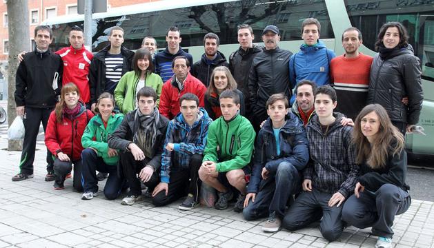 Veintitrés componentes de la expedición navarra, momentos antes de partir el sábado hacia Granollers para disputar el campeonato