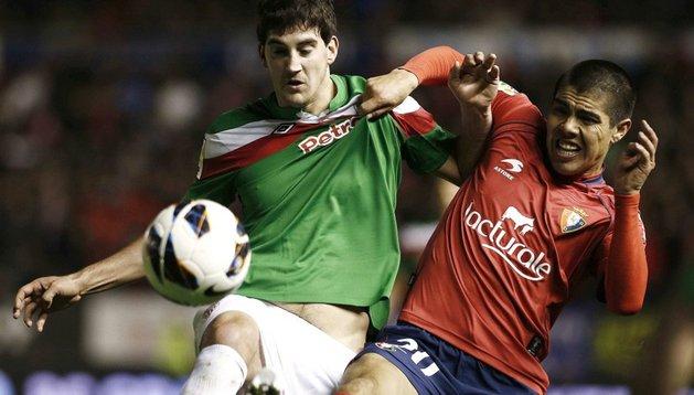 'Gato' Silva pelea un balón durante el partido ante el Athletic