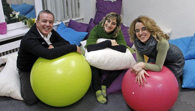 Juan Miguel Ruiz, Raquel Morales y Rebeca Noáin en la sede de Continuum en Pamplona