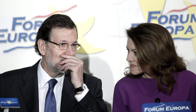 Dolores de Cospedal conversa con Mariano Rajoy, antes de ser presentada por éste en la conferencia
