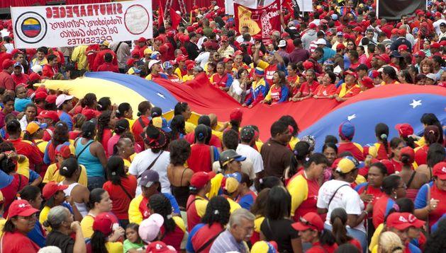 Simpatizantes de Hugo Chávez se reúnen para apoyar al presidente encargado, Nicolás Maduro