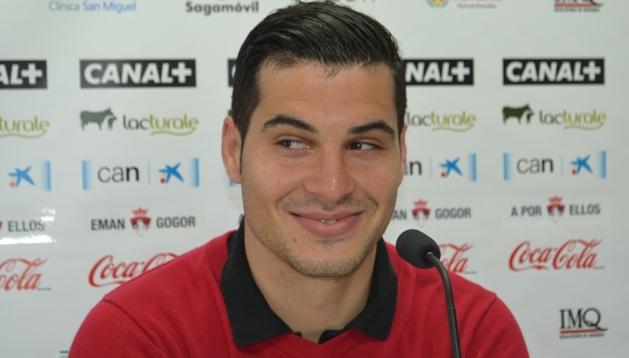 Andrés Fernández sonríe en la sala de prensa de Tajonar