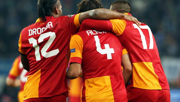 El jugador del Galatasaray, Hamit Altintop, celebra una anotación ante Schalke con sus compañeros Didier Drogba (izda.) y Burak Yilmaz (dcha.)