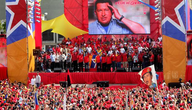 Un mitin de Nicolás Maduro con Hugo Chávez de fondo.