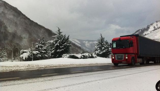 Un camión circula por la N-121 nevada en las proximidades del Puerto de Belate