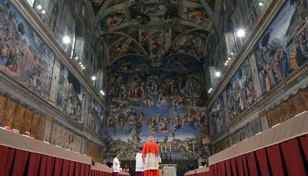 Varios cardenales antes del juramento sobre la Biblia en la capilla Sixtina, antes del comienzo del Cónclave.
