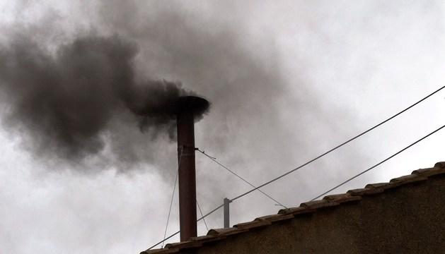 Humo negro en la chimenea de la Capilla Sixtina