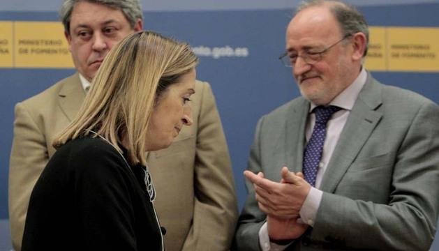 La ministra de Fomento, el secretario general del sector aéreo de CC OO y el mediador en el conflicto de Iberia, tras firmar el acuerdo
