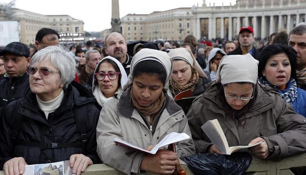 Numerosos fieles desafían el mal tiempo y esperan el resultado de la fumata de este miércoles