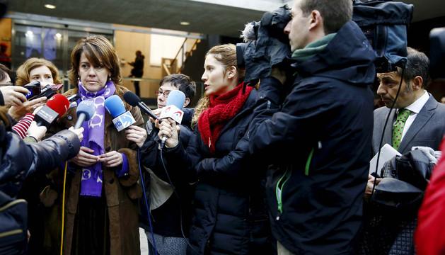 Yolanda Barcina atiende este jueves a los periodistas antes de entrar al Parlamento