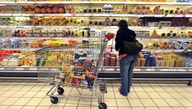 Imagen de una mujer haciendo la compra