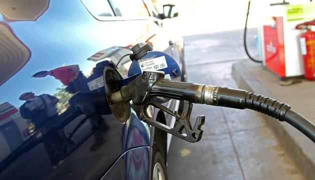 Una persona reposta combustible