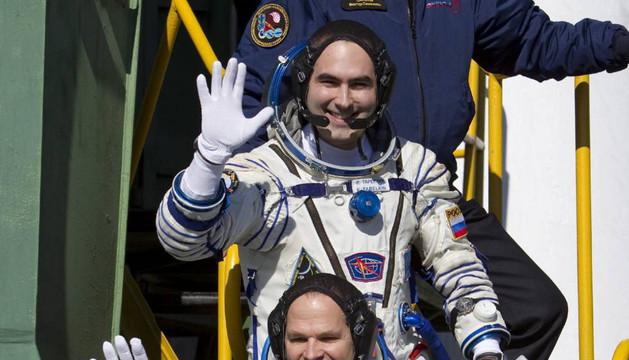 Los cosmonautas rusos Oleg Novitski (abajo) y Oleg Tarelkin (arriba) y el estadounidense Kevin Ford (c), saludan antes de embarcar en la nave Soyuz TMA-06M