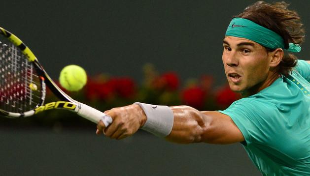 El tenista español Rafael Nadal ante el suizo Roger Federer