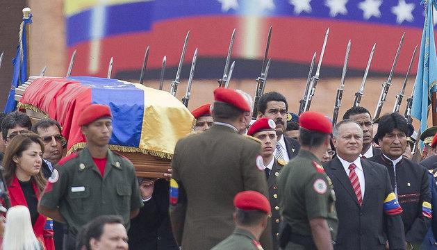 El presidente de Bolivia, Evo Morales (d), el presidente de la Asamblea Nacional venezolana, Diosdado Cabello (3-d), y Nicolás Maduro (4-d), asisten al traslado del féretro.