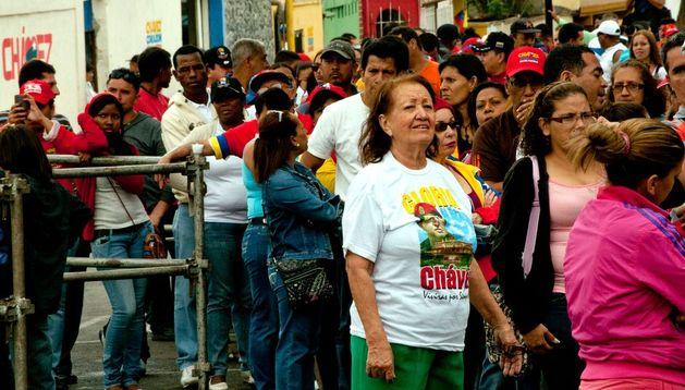 Centenares de seguidores de Hugo Chávez esperan su turno para visitar el féretro del mandatario