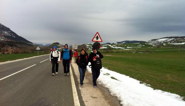 La nieve acompaña a los peregrinos que caminan a Javier.