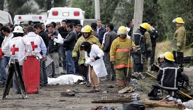 Escena en la que fallecieron 13 personas en una explosión durante una procesión religiosa en México.