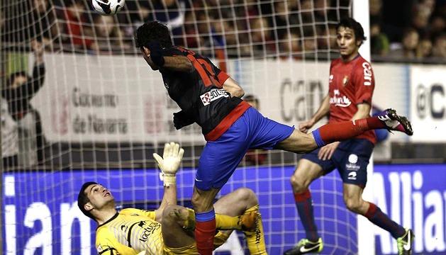 Diego Costa marca el primero de sus goles a Osasuna