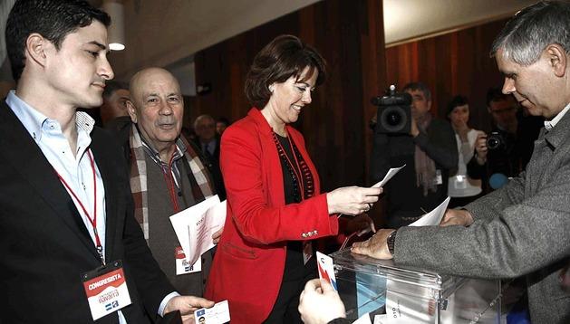 Yolanda Barcina, en el momento de depositar su voto en la urna