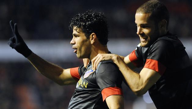 Diego Costa (izda.) celebra el segundo de los goles que anotó contra Osasuna junto a su compañero Mario Suárez